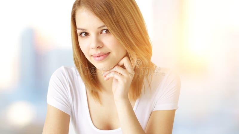 Retrato de la muchacha atractiva fotos de archivo