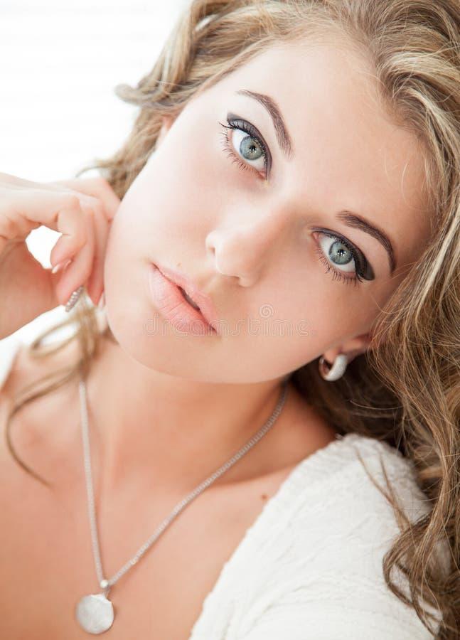 Retrato de la muchacha atractiva atractiva foto de archivo
