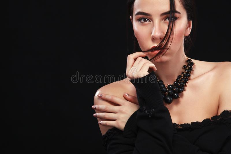 Retrato de la muchacha atractiva hermosa del brunnete, en fondo negro Modelo bonito de la muchacha Una mujer morena en un vestido imagenes de archivo