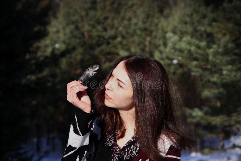 Retrato de la muchacha atractiva hermosa joven con el pelo marrón largo y los ojos azules Ella lleva la ropa ornamental étnica de fotos de archivo