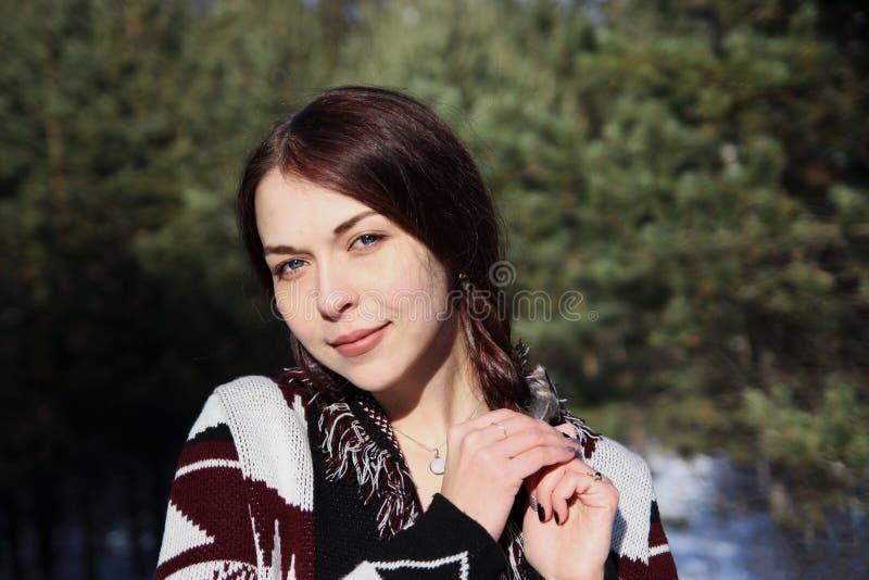 Retrato de la muchacha atractiva hermosa joven con el pelo marrón largo y los ojos azules Ella lleva la ropa ornamental étnica de foto de archivo libre de regalías