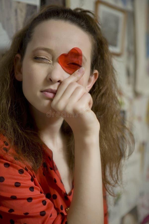 Retrato de la muchacha atractiva joven con el corazón fotos de archivo