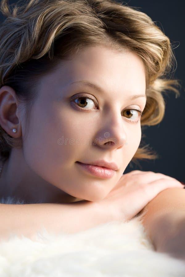 Retrato de la muchacha bastante rubia con la piel blanca fotografía de archivo libre de regalías