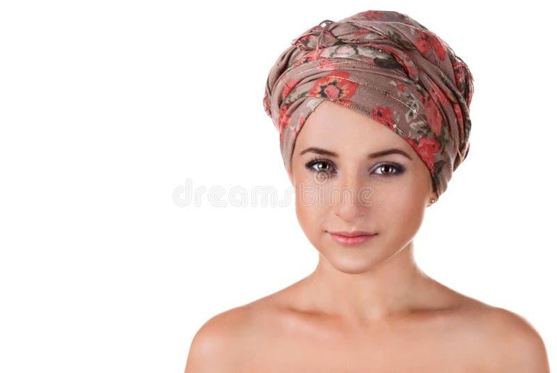 Retrato de la muchacha blanco-pelada en un turbante mujer caucásica con fotografía de archivo