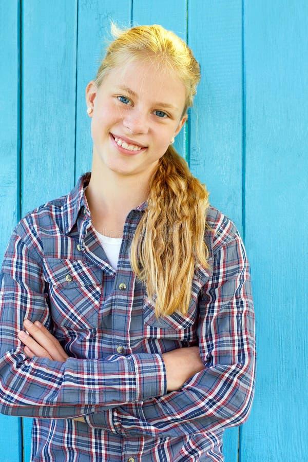Retrato de la muchacha bonita en fondo de madera azul de la pared imagen de archivo libre de regalías
