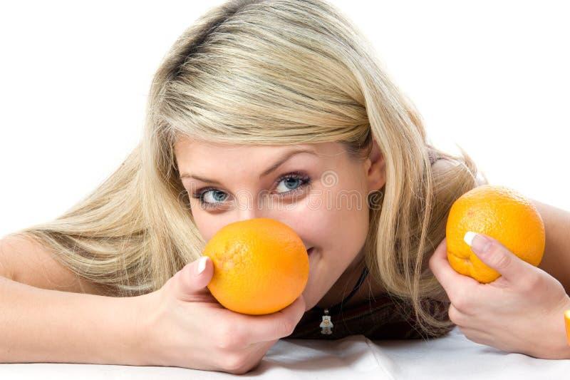 Retrato de la muchacha bonita joven con la naranja dos fotografía de archivo
