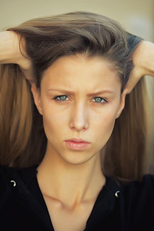 Retrato de la muchacha bonita que frunce el ceño imagenes de archivo