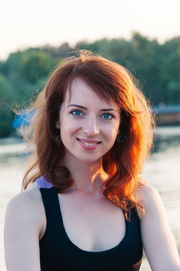 Retrato de la muchacha bonita que sonríe verdad, en backgrou de la naturaleza del verano fotografía de archivo