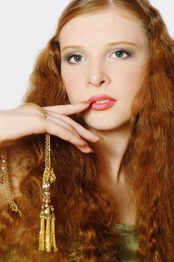 Retrato de la muchacha con el pelo largo rojo fotos de archivo