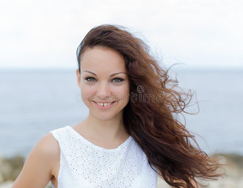 Retrato de la muchacha con el pelo rizado y el hueco entre los dientes fotografía de archivo libre de regalías