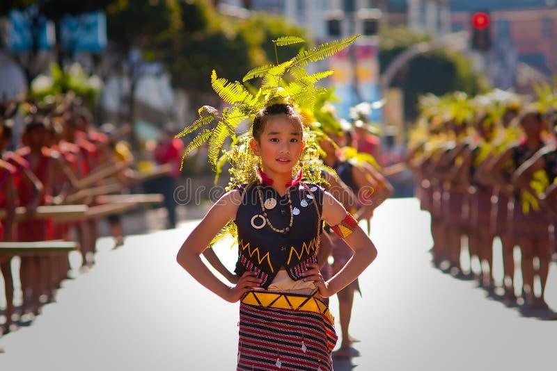 Retrato de la muchacha con la ropa tradicional del Igorot fotos de archivo