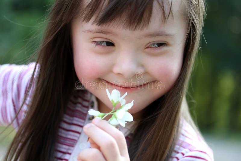 Retrato de la muchacha con las flores foto de archivo libre de regalías