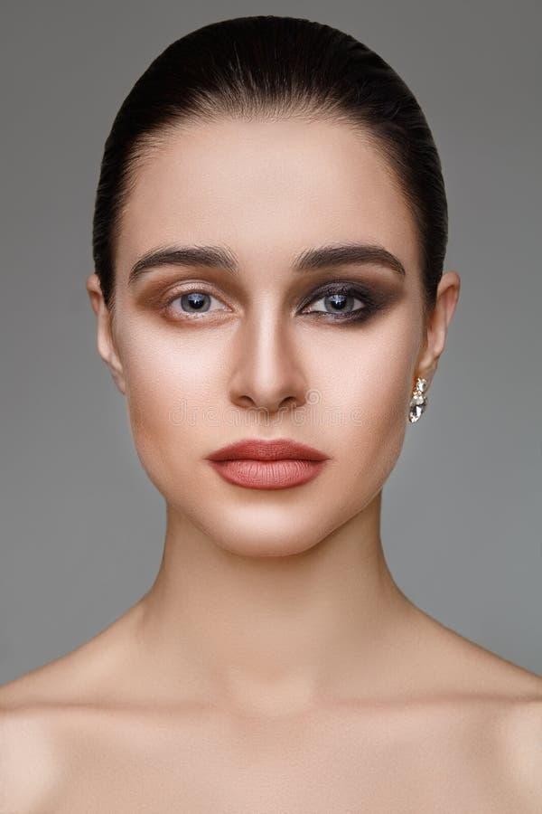 Retrato de la muchacha con medio maquillaje de la tarde imágenes de archivo libres de regalías