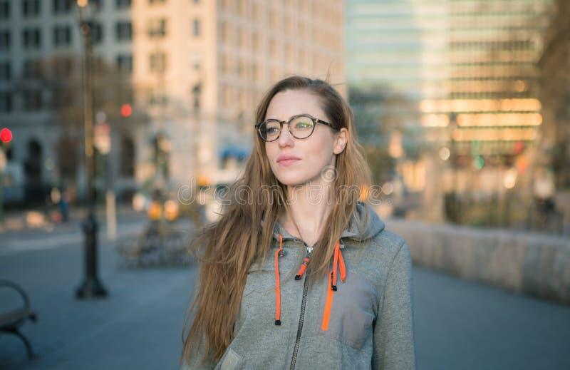 Retrato de la muchacha de la ciudad del inconformista fotos de archivo libres de regalías