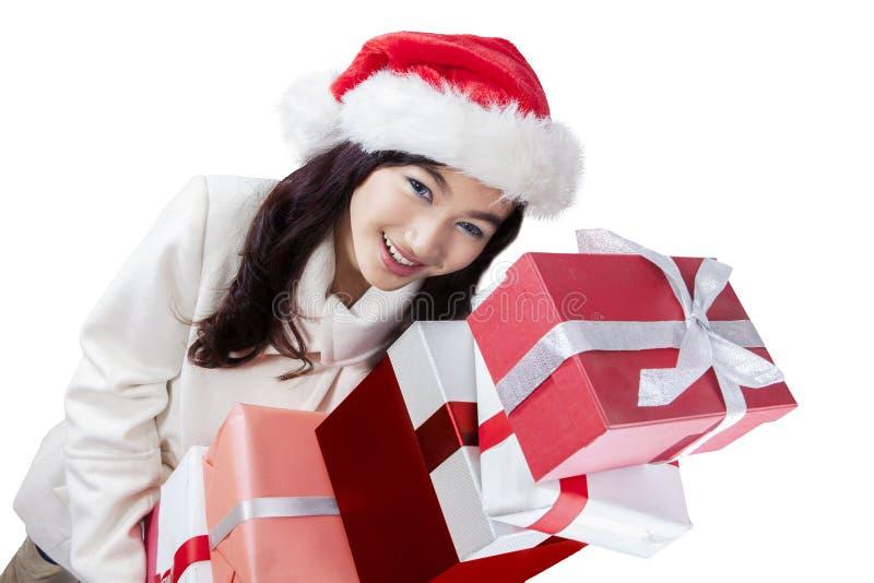 Retrato de la muchacha de la Navidad con los presentes foto de archivo