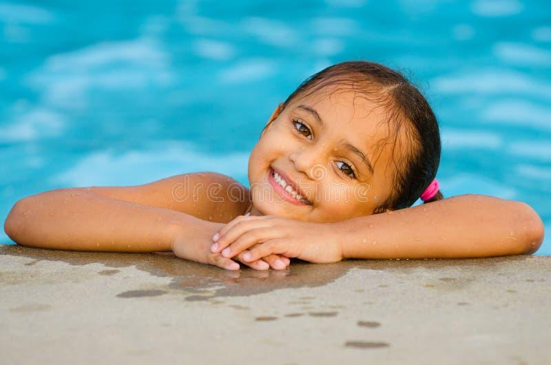 Retrato de la muchacha de la raza mixta en piscina imagen de archivo