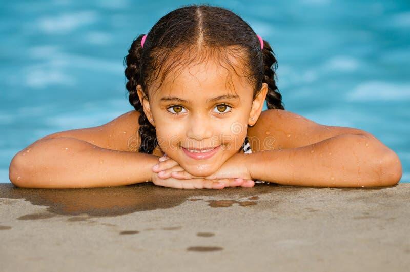 Retrato de la muchacha de la raza mixta en piscina foto de archivo