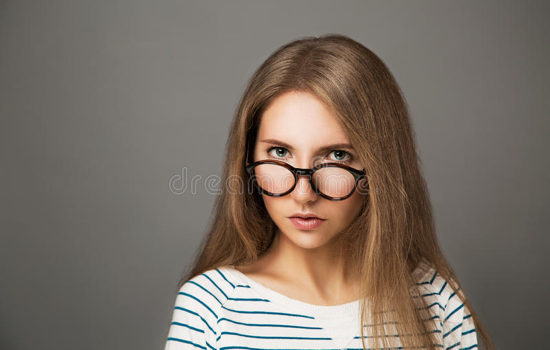 Retrato de la muchacha de moda del inconformista en vidrios fotografía de archivo