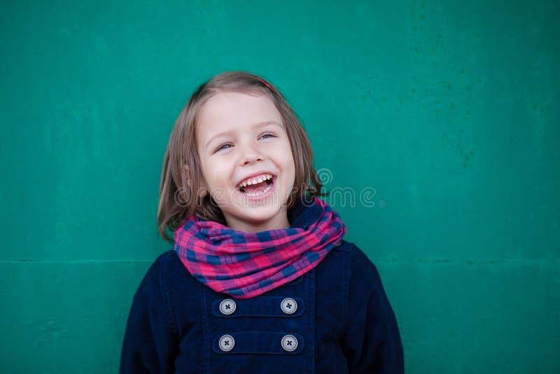 Retrato de la muchacha de risa del preescolar fotografía de archivo