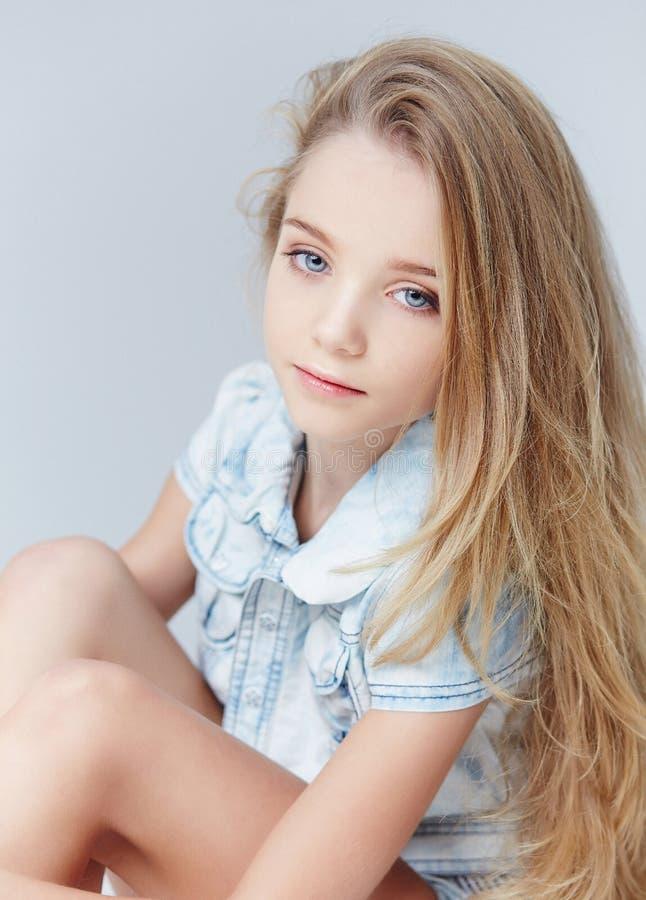 Retrato de la muchacha del adolescente con el pelo largo fotografía de archivo libre de regalías