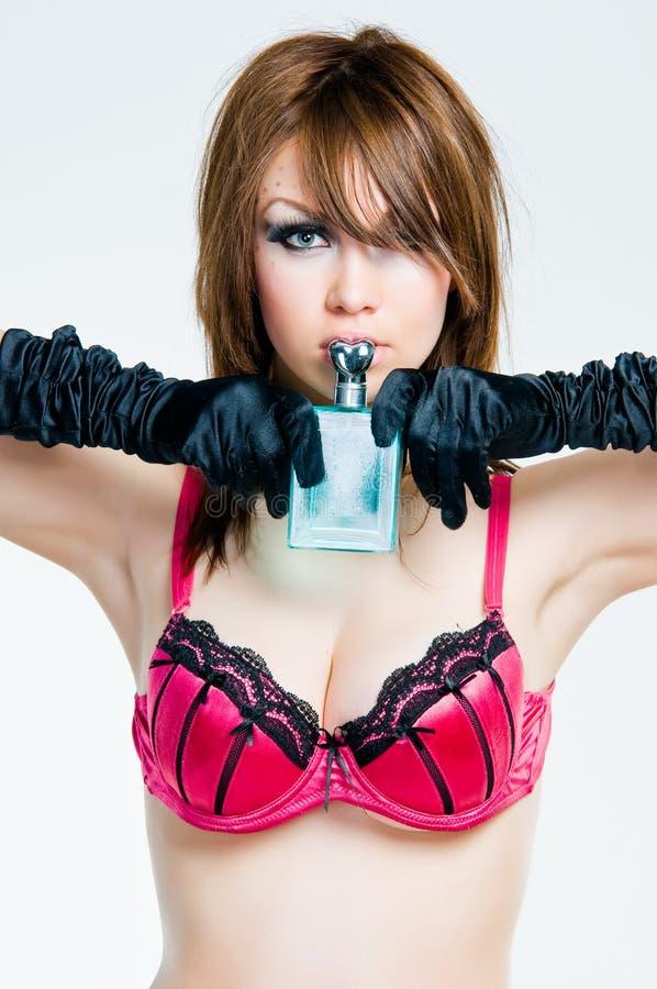 Retrato de la muchacha del contacto-para arriba con la botella de perfume fotos de archivo libres de regalías