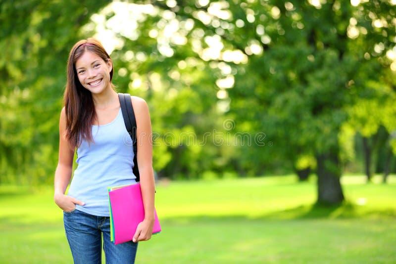 Retrato de la muchacha del estudiante que sostiene los libros y la mochila fotos de archivo libres de regalías