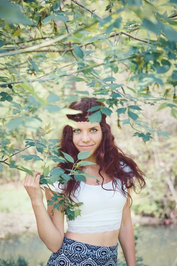 Retrato de la muchacha del hippie en bosque imagenes de archivo