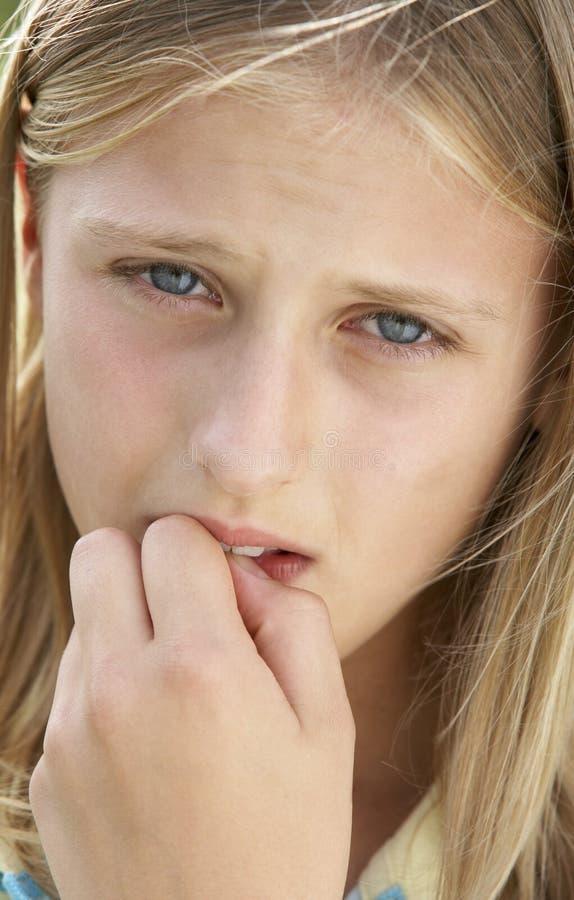 Retrato de la muchacha del Pre-Teen que muerde sus clavos imagen de archivo libre de regalías