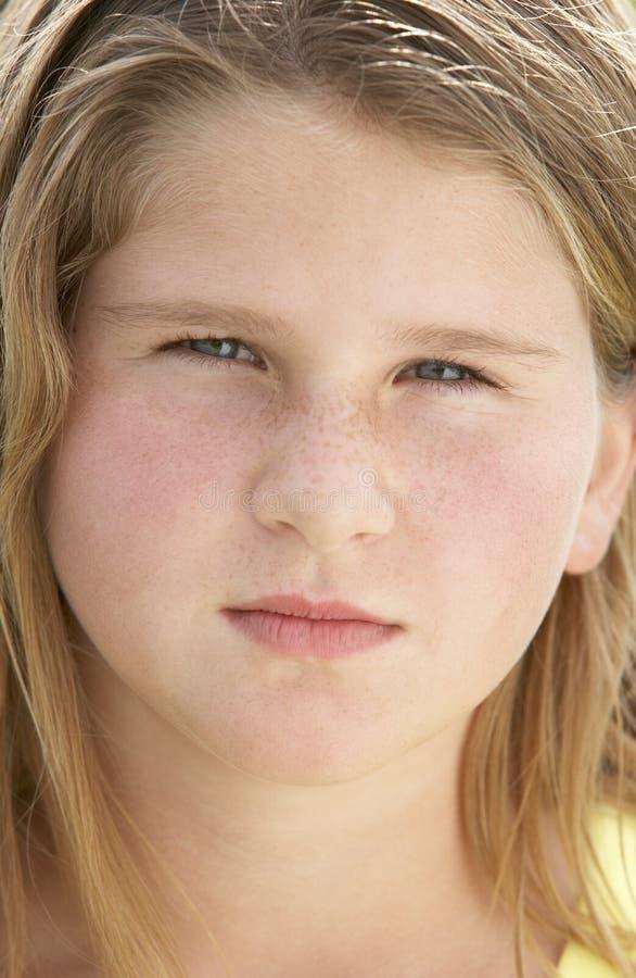 Retrato de la muchacha del Pre-Teen que se enfurruña imagenes de archivo