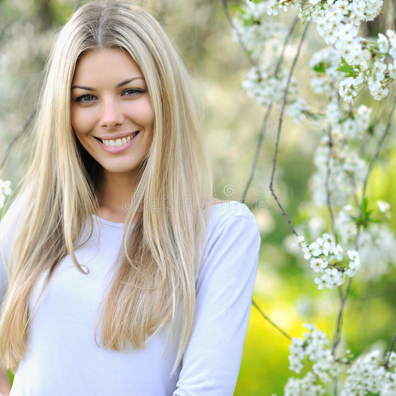 Retrato de la muchacha del verano. Mujer rubia hermosa que sonríe en su soleado imagen de archivo libre de regalías