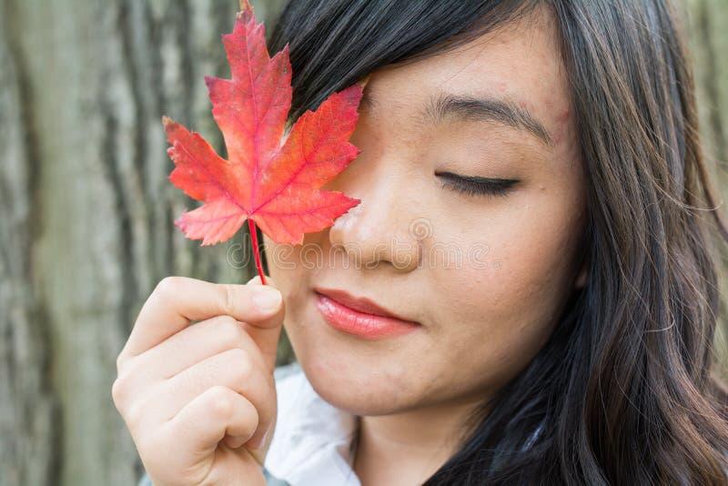 Retrato de la muchacha durante otoño imagenes de archivo