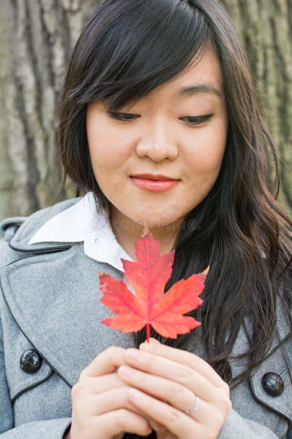 Retrato de la muchacha durante otoño imagen de archivo libre de regalías