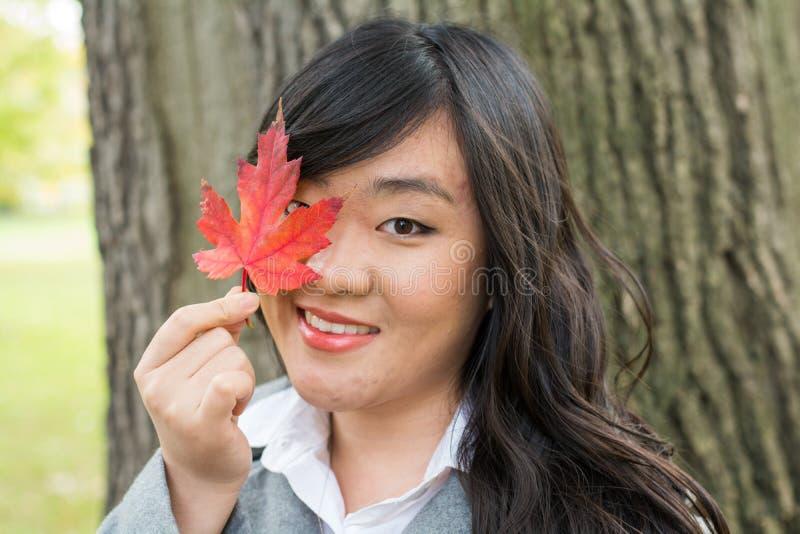Retrato de la muchacha durante otoño fotos de archivo