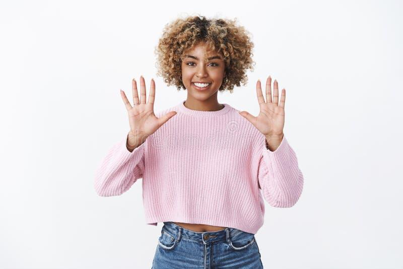 Retrato de la muchacha elegante afroamericana optimista y alegre con la sonrisa afro rubia del corte de pelo encantada y confiada fotos de archivo libres de regalías