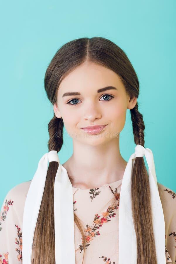 retrato de la muchacha elegante sonriente de la juventud con las trenzas fotografía de archivo libre de regalías