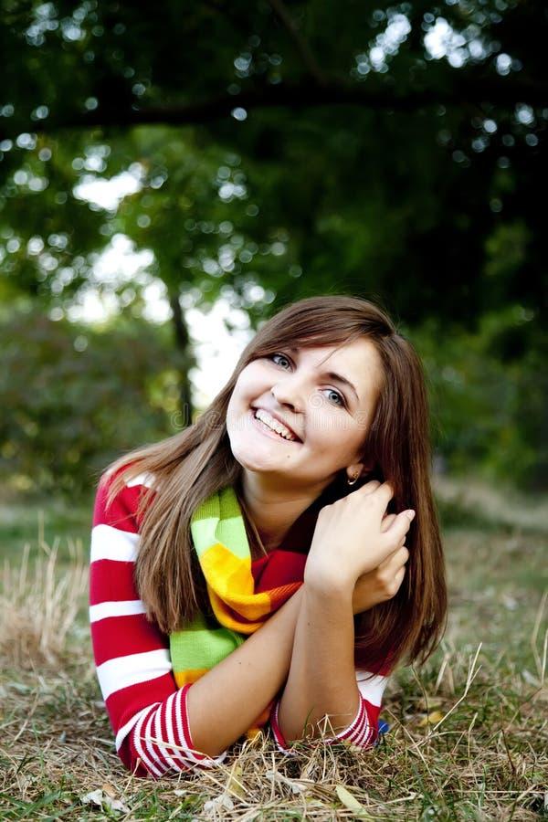 Retrato de la muchacha en al aire libre. foto de archivo libre de regalías