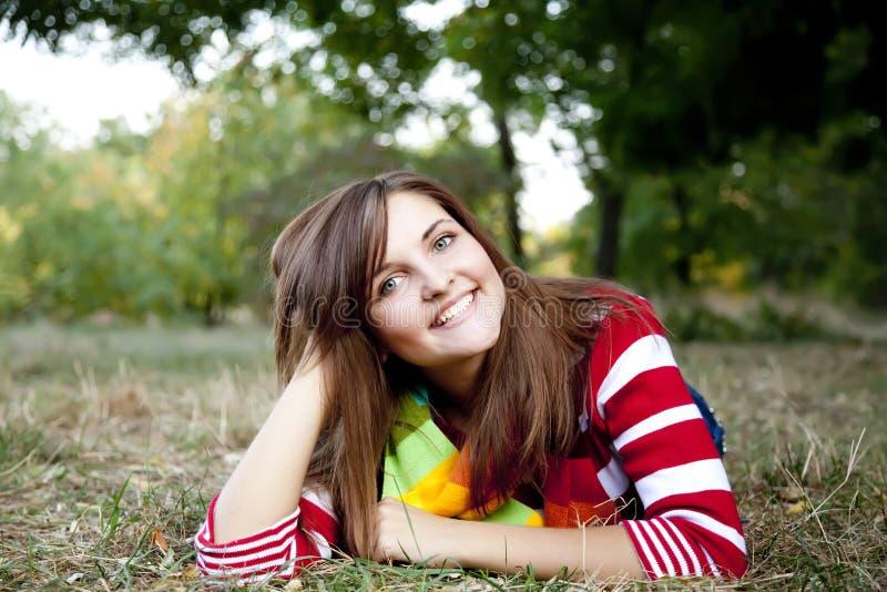 Retrato de la muchacha en al aire libre. imagenes de archivo