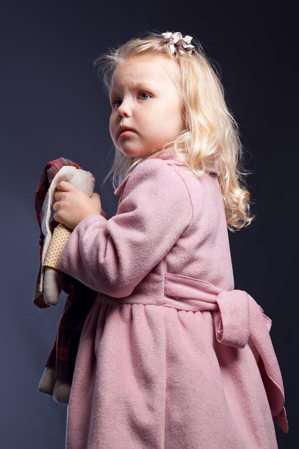 Retrato de la muchacha en capa rosada fotos de archivo