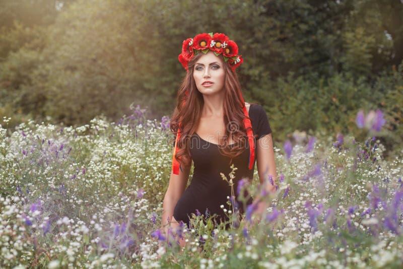 Retrato de la muchacha en flores salvajes imágenes de archivo libres de regalías