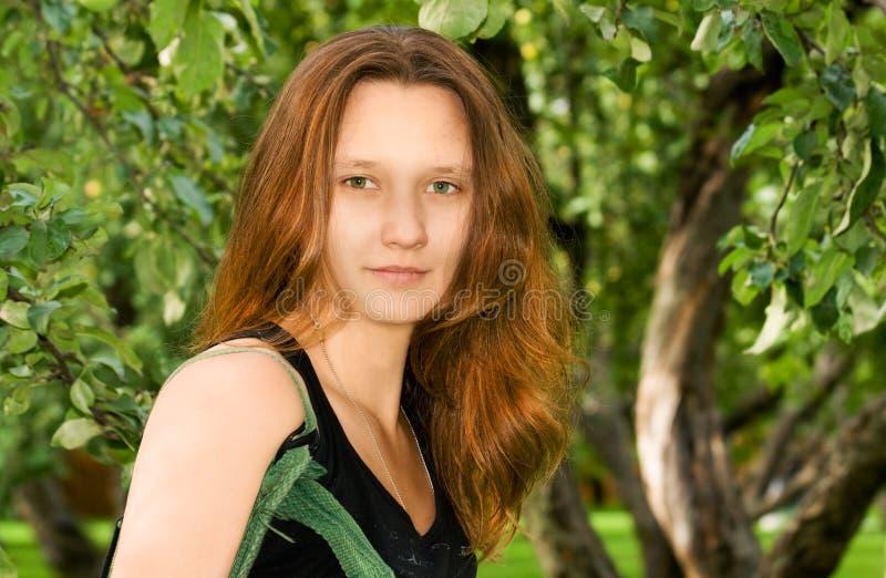 Retrato de la muchacha en madera foto de archivo libre de regalías