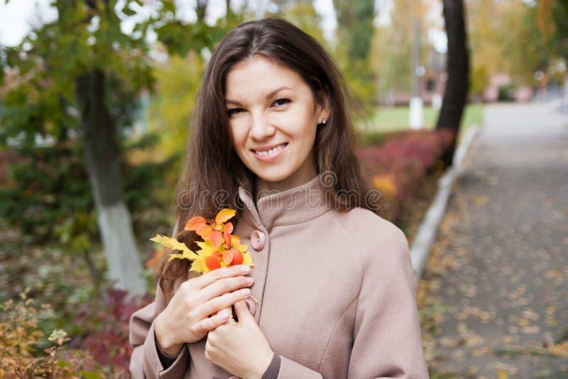 Retrato de la muchacha en otoño foto de archivo