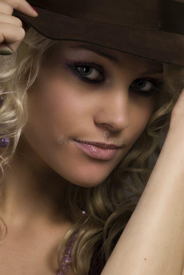 Retrato de la muchacha en un sombrero fotos de archivo