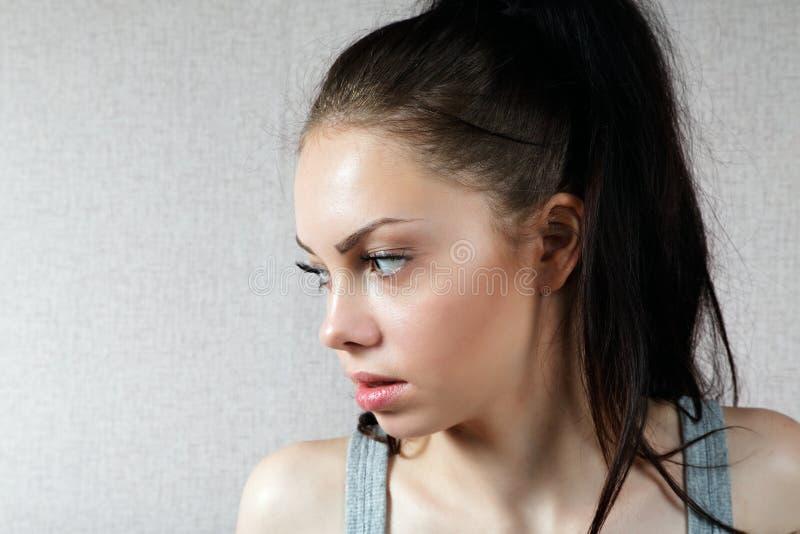 Retrato de la muchacha en una camiseta fotos de archivo libres de regalías