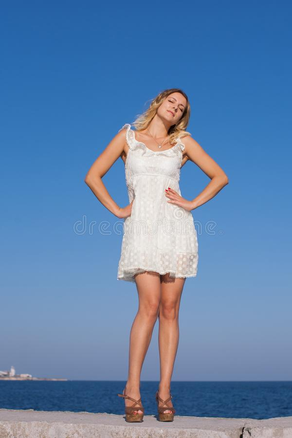 Retrato de la muchacha en vestido sin mangas blanco corto imagen de archivo