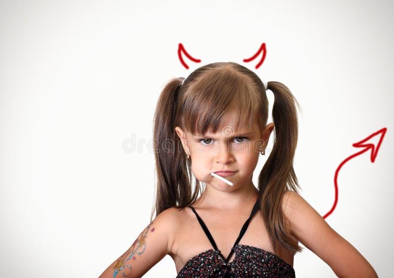Retrato de la muchacha enojada divertida del niño imagen de archivo