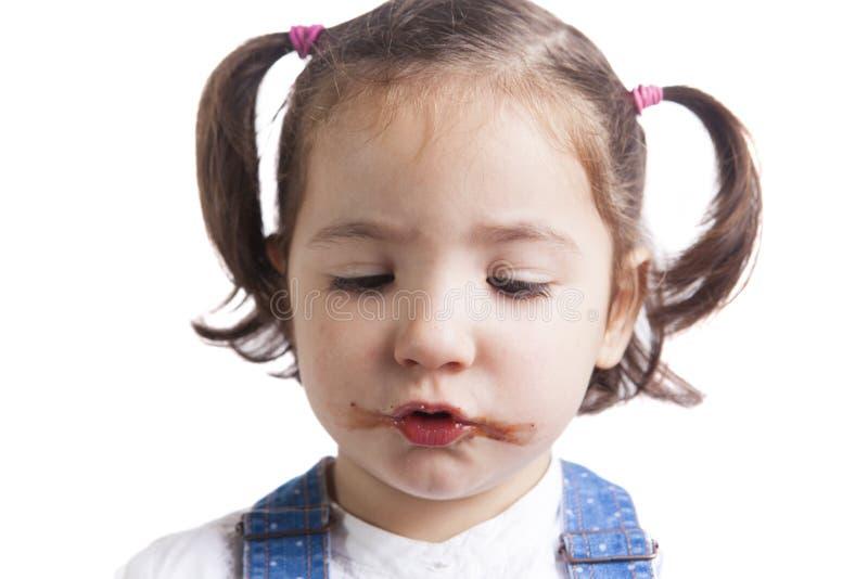 Retrato de la muchacha feliz después de comer el chocolate imagen de archivo libre de regalías