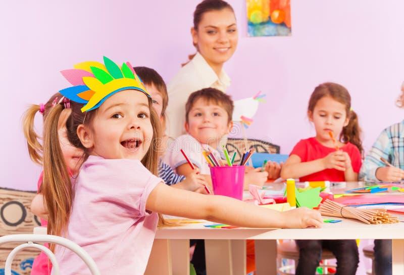 Retrato de la muchacha feliz en clase que se convierte temprana imagen de archivo libre de regalías