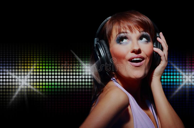 Retrato de la muchacha feliz que escucha una música en auricular fotos de archivo libres de regalías