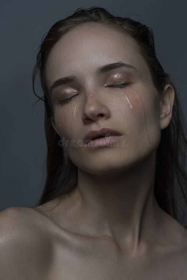Retrato de la muchacha gritadora con los rasgones en mejillas foto de archivo libre de regalías