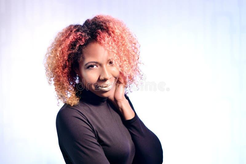 Retrato de la muchacha hermosa africana bonita con hai magnífico rizado rojo imagen de archivo